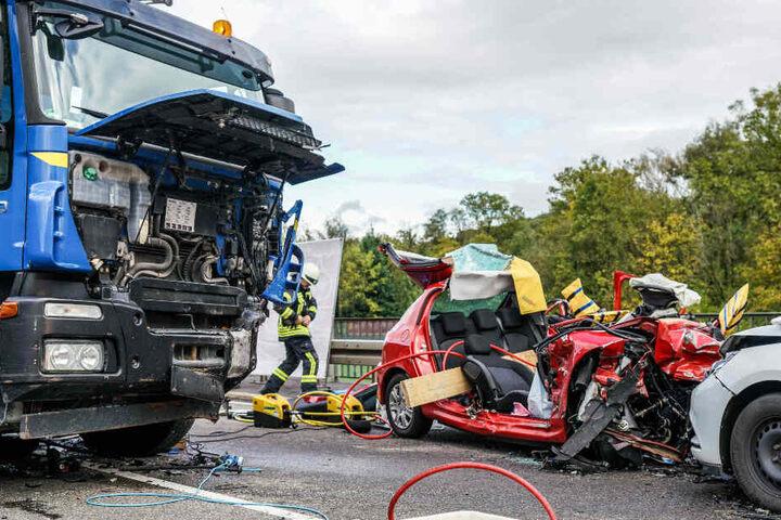 Die am Unfall beteiligten Wagen sind völlig zerstört.