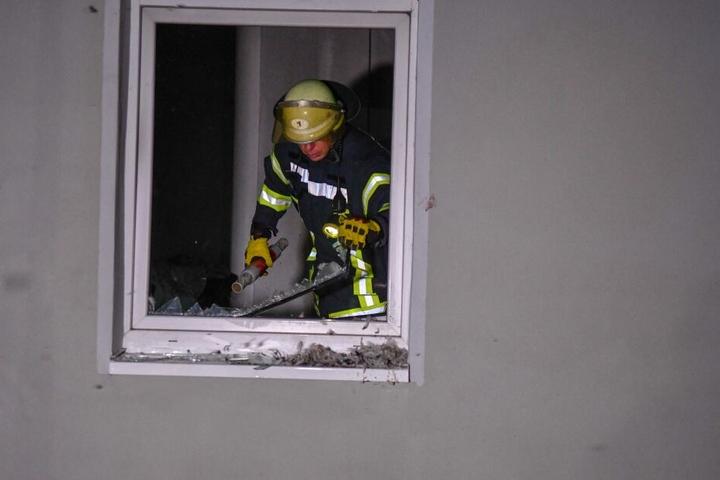 In Magdeburg hatte ein Mieter diese Scheibe eingeschlagen und begonnen, die Flammen zu löschen.