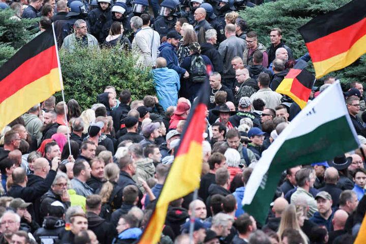 """Das Foto zeigt Anhänger der AfD, die am 1. September Zusammen mit Aktivisten des ausländerfeindlichen Bündnises """"Pegida"""" und der rechtspopulistischen Bürgerbewegung """"Pro Chemnitz"""" in Chemnitz demonstrierten. Meinte Joachim Gauck auch diese Menschen?"""