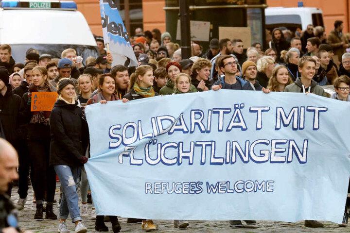 """Die Gegendemonstranten in Rostock hatten auch Botschaften wie """"Solidarität mit Flüchtlingen"""" auf ihren Transparent stehen."""