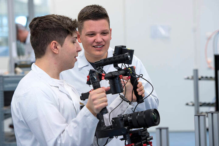Patrick Schmidl (18, r.) mit seinem Filmpartner Jonathan Hefner (18) beim Videodreh bei Turck in Beierfeld.