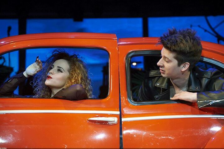 Dorina Garuci und Thomas Hohler spielen auch eine Szene im Auto.