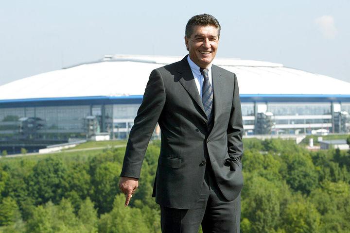 Wird dieses Stadion bald nach ihm benannt? Rudi Assauer vor der Veltins-Arena.