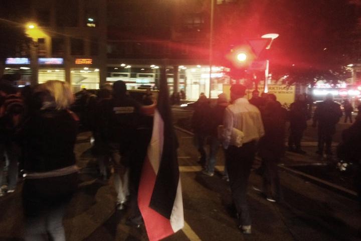 Die Zahl der Demonstranten beträgt inzwischen gut 300.