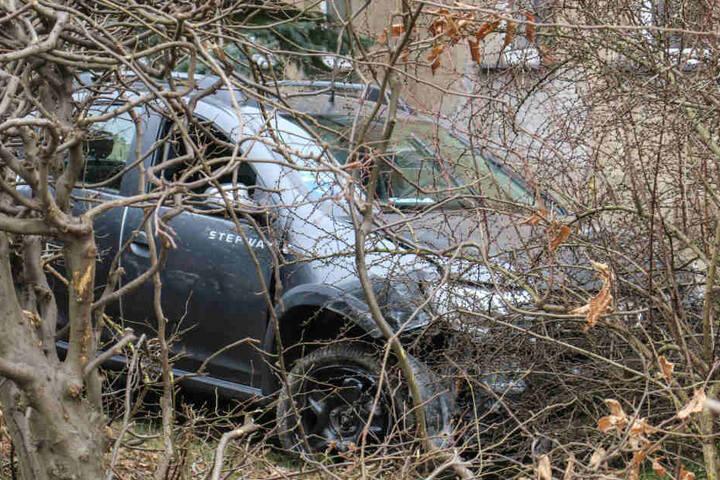 Der Dacia kam erst an einer Hauswand zum Stehen.