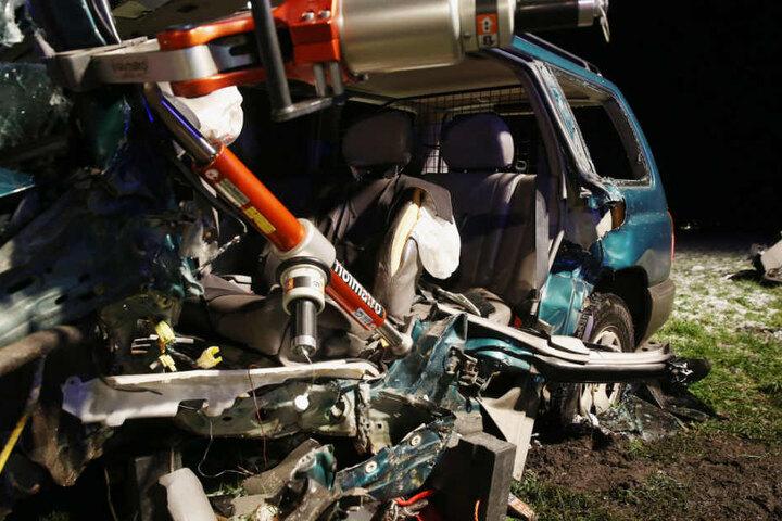 Der Fahrer überstand den Crash mit schweren Verletzungen.