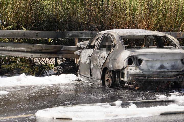 Der Fahrer fiel den Flammen zum Opfer und starb in dem Auto.