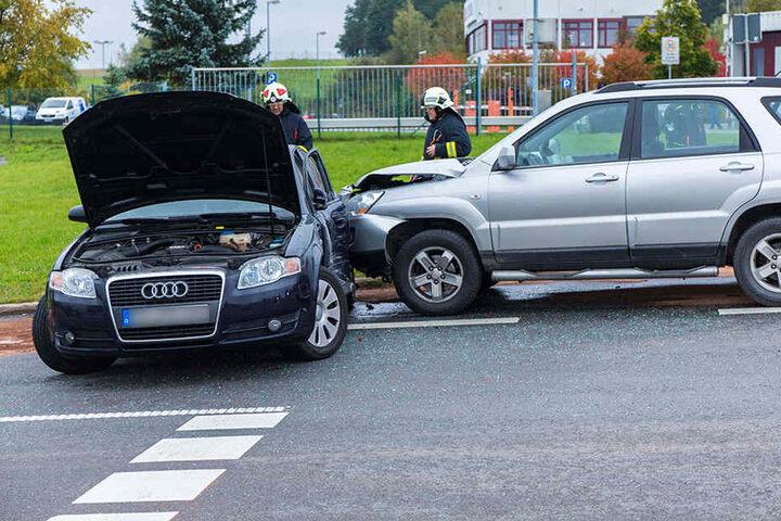 An beiden Fahrzeugen entstand sehr hoher Sachschaden.