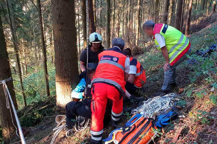 Nach seinem Absturz wurde der Mann am Boden von den Rettungskräften versorgt.