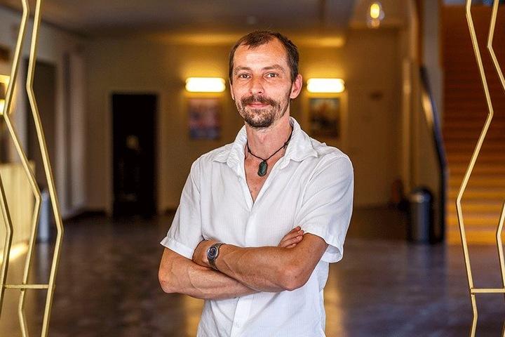 """Schauburg-Chef Stefan Ostertag (41) im neuen Eingangsbereich. Auch hier sind die güldenen Gitter zu finden, symbolisieren """"Filmbänder""""."""