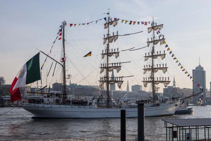 Am Freitag legte das Schiff an der Überseebrücke an.