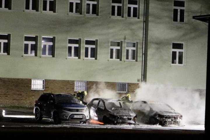 Zwei Fahrzeuge der Polizeibehörde brannten komplett aus.