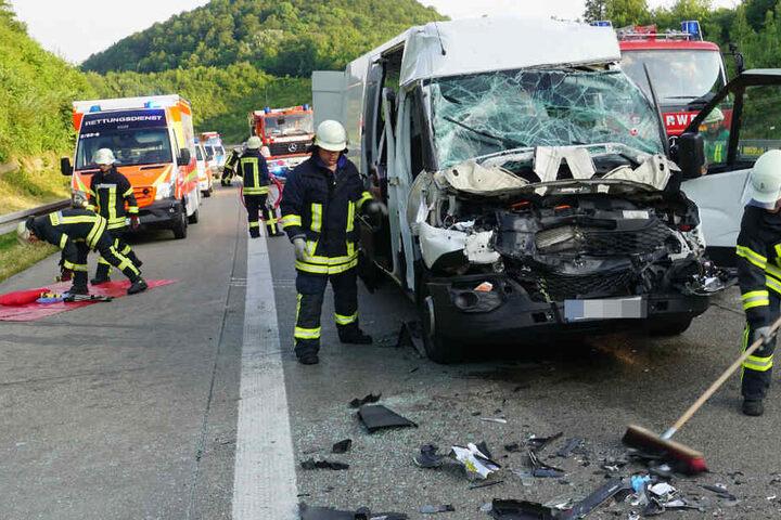 Die Fahrerin des Kleintransporters wurde bei dem Unfall in ihrem Wagen eingeklemmt.