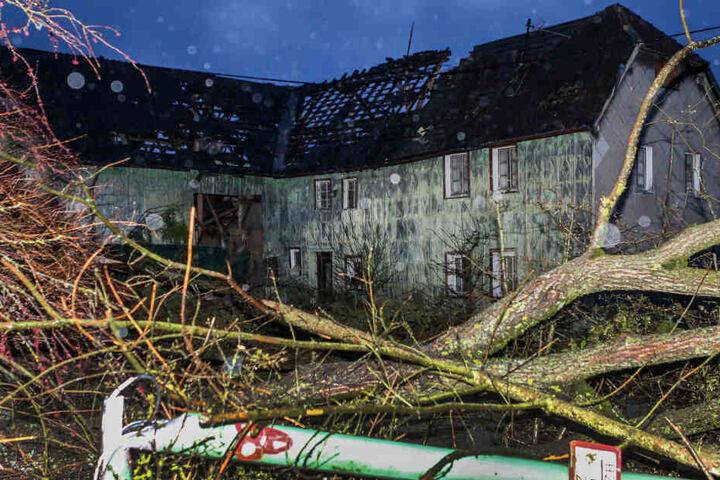 Dieses Haus wurde durch den Tornado in Roetgen komplett abgedeckt.