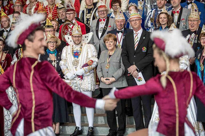 Merkel schaut interessiert der Vorführung einer Prinzengarde zu.