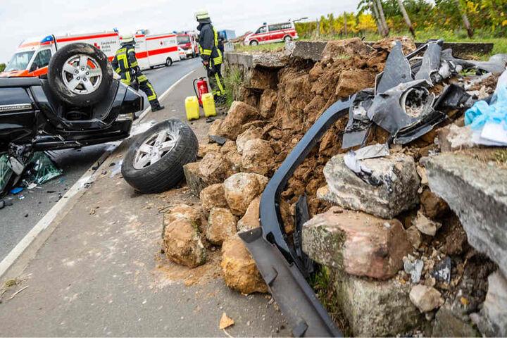 Auch die Steinmauer wurde durch den heftigen Aufprall beschädigt.