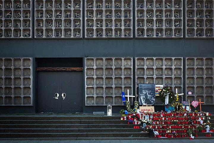 Zahlreiche Kerzen stehen an der Gedenkstelle für die Opfer des Anschlags auf dem Breitscheidplatz.