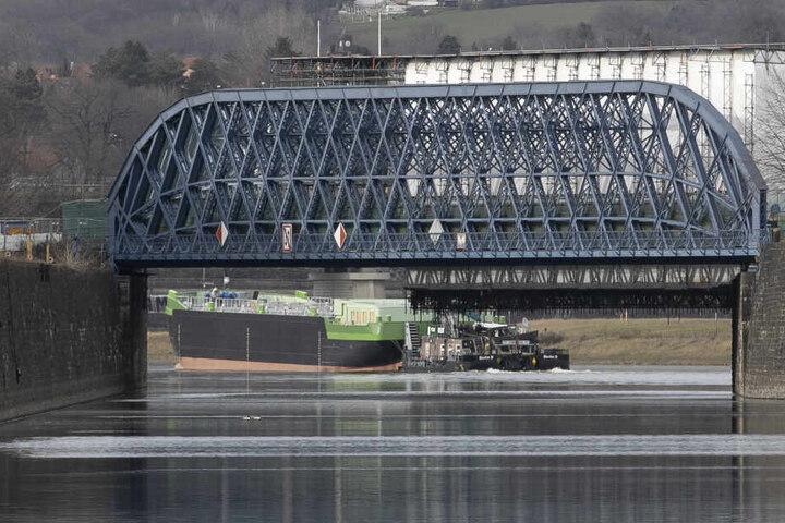 """Hier schippert """"Edda"""" an der Brücke am Dresdner Alberthafen vorbei."""