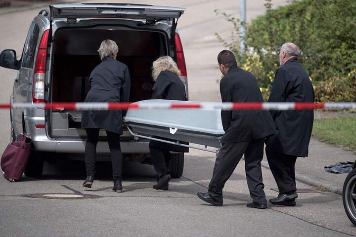 September 2017: Der Leichnam eines Opfers wird abtransportiert.