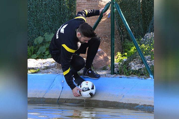 Fehlschuss! Niklas Kreuzer fischt (!) einen Ball aus einem Bassin, das sich direkt neben dem Trainingsplatz der Dresdner befindet.