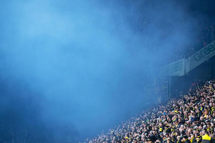 Schalker Fans zündeten kurz vor Anpfiff königsblaue Rauchbomben.