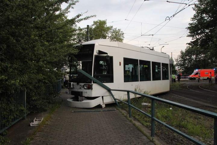 In Düsseldorf ist am Dienstagabend eine Straßenbahn entgleist.