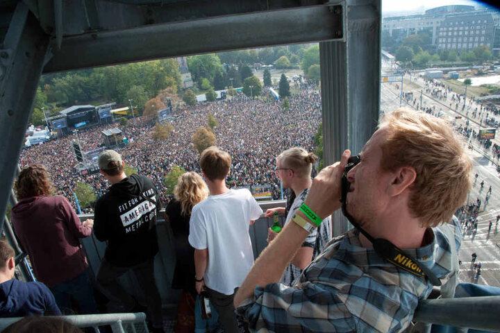 Blick von oben auf die Menschenmenge.