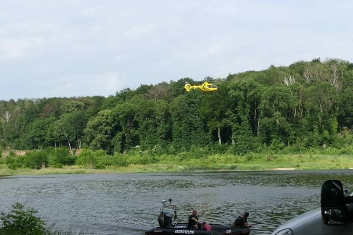 Ein Hubschrauber wurde angefordert, um die Mulde von oben zu überfliegen.