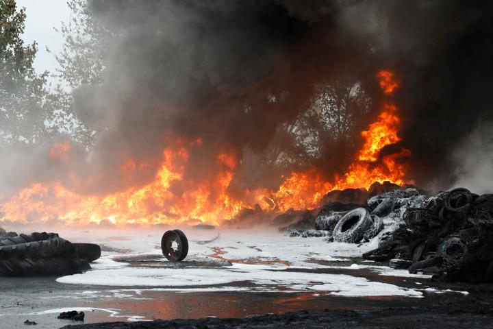 Löschschaum vor noch brennenden Reifen. Gegen 1.30 Uhr wurde der Brand auf einem zehn Quadratmeter großen Altreifenstapel gemeldet.
