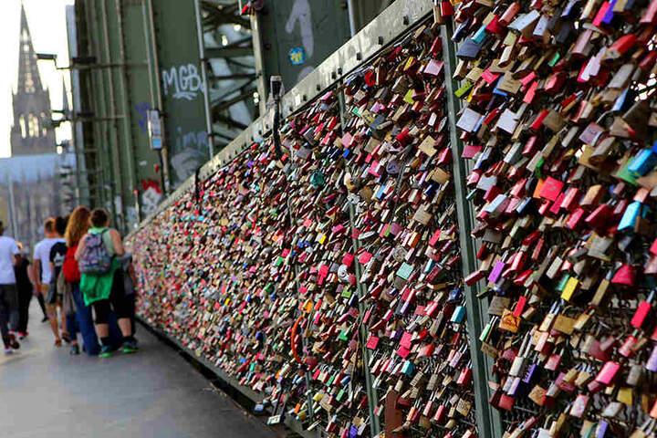 Auf der Hohenzollernbrücke in Köln hängen Hunderte Liebesschlösser.