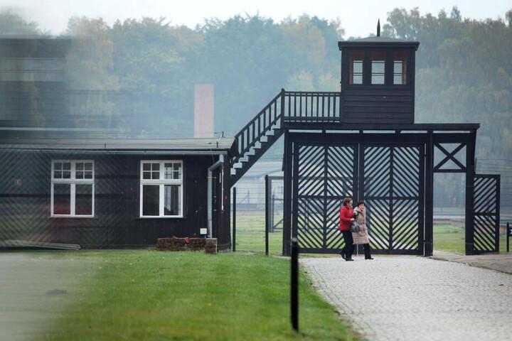 Besucher gehen am Eingang des Stutthof Museums in Sztutowo (Polen) vorbei, in dem an die Verbrechen im ehemaligen Konzentrationslager Stutthof erinnert wird.
