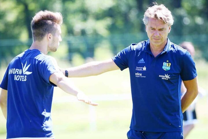 Ich höre alles! Tom Baumgart (l.) mit Coach Horst Steffen.