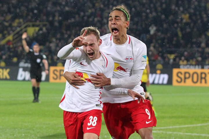 Federico Palacios Martinez (l., neben Yussuf Poulsen) bejubelt den Ausgleichstreffer in der Nachspielzeit in Dortmund. Links im Hintergrund zeigt Schiedsrichter Tobias Stieler allerdings Abseits an, der Treffer zählt folglich nicht.