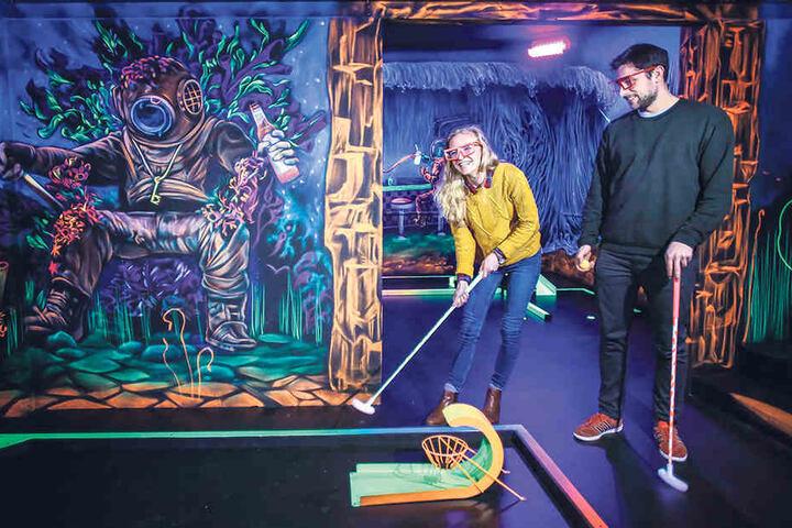 Bianca (27) und Maik (26) testen die neue Minigolf-Anlage am Dresdner Stadtrand.