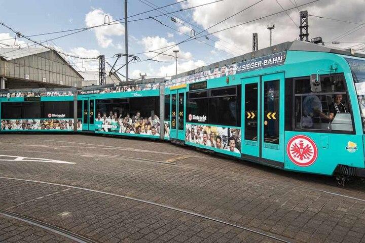 Auf der Straßenbahn-Linie 21 in Richtung Stadion kommen die frisch gestylten Wagons zum Einsatz.