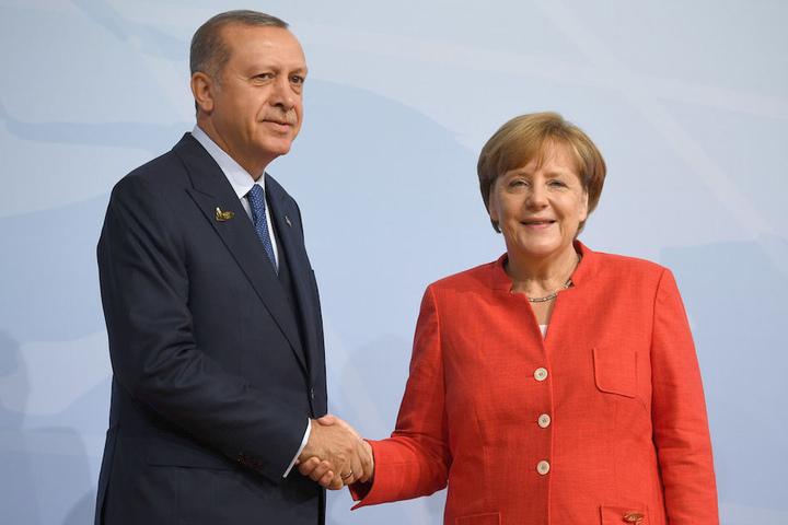 Gequältes Lächeln im Juli 2017 bei G20-Gipfel im Hamburg: Merkel und Erdogan beim Handshake.