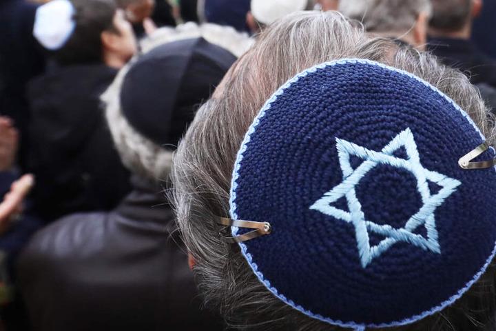 Nach dem Besuch einer Synagoge sind ein Rabbiner und seine Söhne Opfer eines Übergriffs geworden.