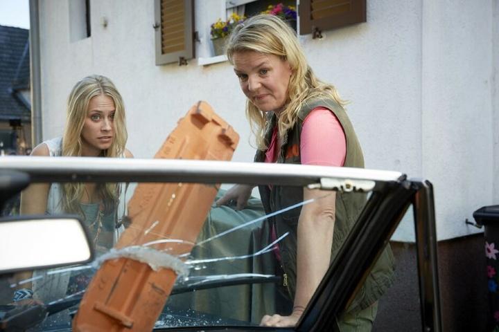 """Toni (Sina Tkotsch, l.) und Eva (Mirja Boes) in """"Beste Schwestern""""."""