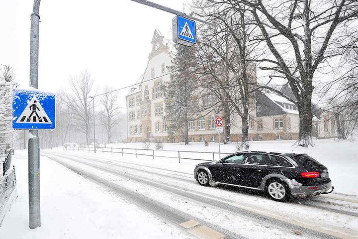 Seit zwei Jahren sorgt dieser Zebrastreifen vor der Rabensteiner Grundschule für mehr Sicherheit.