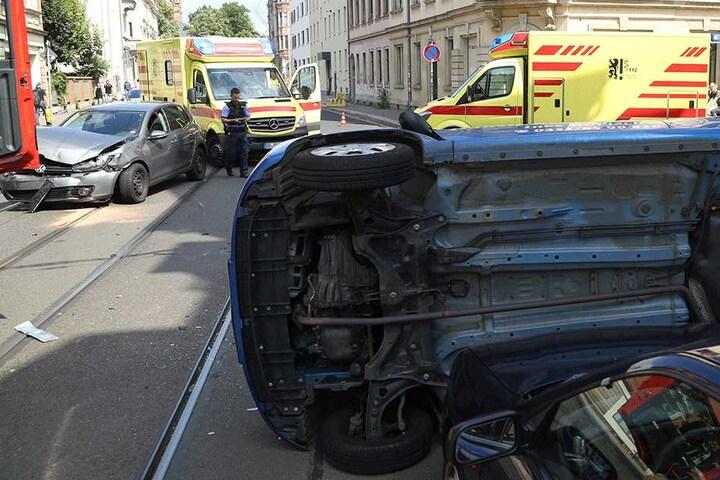 Die Leipziger Straße ist während der Unfallaufnahme und Bergung gesperrt.