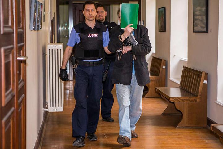 Angeklagter Wilfried S. beim Betreten des Saals im Landgericht Leipzig.