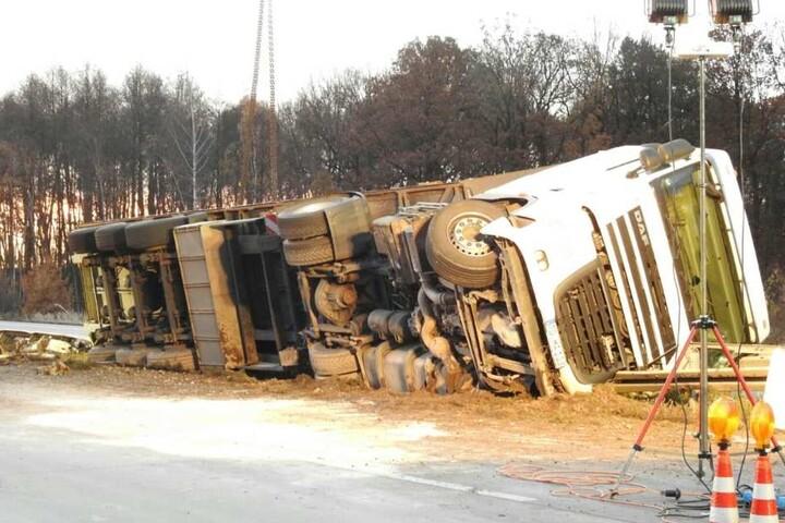 Der Lkw hatte 20 Tonnen Metallplatten geladen.