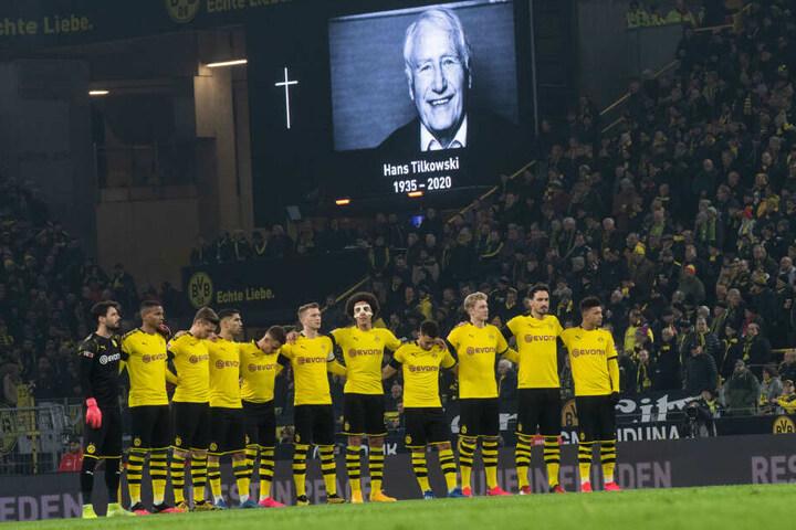 Dortmunds Spieler gedenken des verstorbenen Hans Tilkowski.