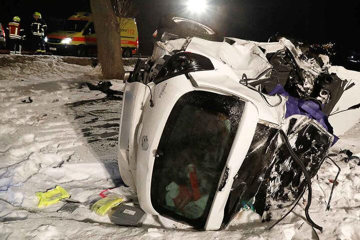 Der Opel war gegen einen Baum gekracht und hatte sich überschlagen.