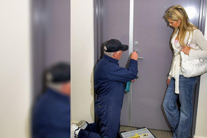 Wer sich ausgesperrt hat und schnell einen Schlüsseldienst ruft, gerät oft an Abzockefirmen.