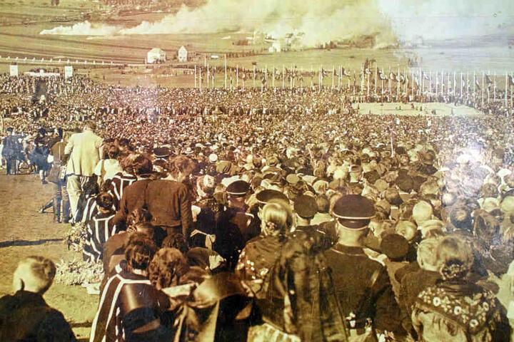 Tausende von Menschen versammelten sich, um Hitler wie einen Popstar zu feiern.