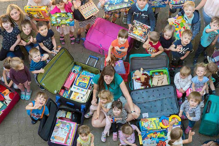 Die Knirpse packten gestern viele Koffer mit Spielzeug voll.