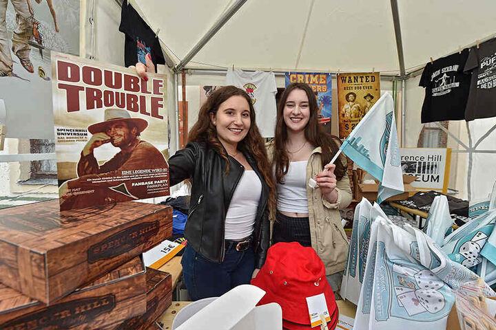 Hatten für jeden eine passende Erinnerung parat: die Andenkenverkäuferinnen Amelie Pöhnitzsch (17, l.) und Anne Juwien (17).