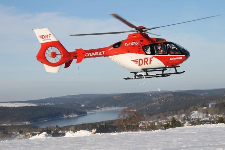 Die Skifahrerin wurde mit dem Rettungshubschrauber ins Krankenhaus gebracht.
