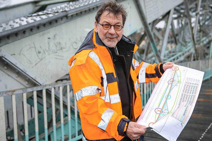 Herr der Zeitpläne: Professor Reinhard Koettnitz (63), Leiter vom Straßen- und Tiefbauamt, hat den Überblick über Dresdens Baustellen.